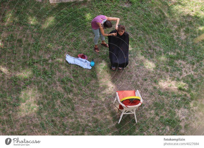 Haare schneiden im Garten Haare & Frisuren Friseur Friseurin Nachbarschaftshilfe Gartenleben gegenseitige Hilfe Haarschnitt Schneiden Sommer Rasen Mann