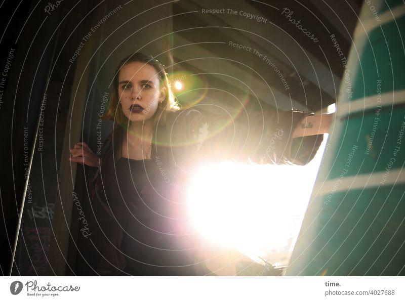 Lara skeptisch geheimnisvoll urban schatten sonnig brückenpfeiler metall ledermantel Haare blond blick Frau gegenlicht Lensflare