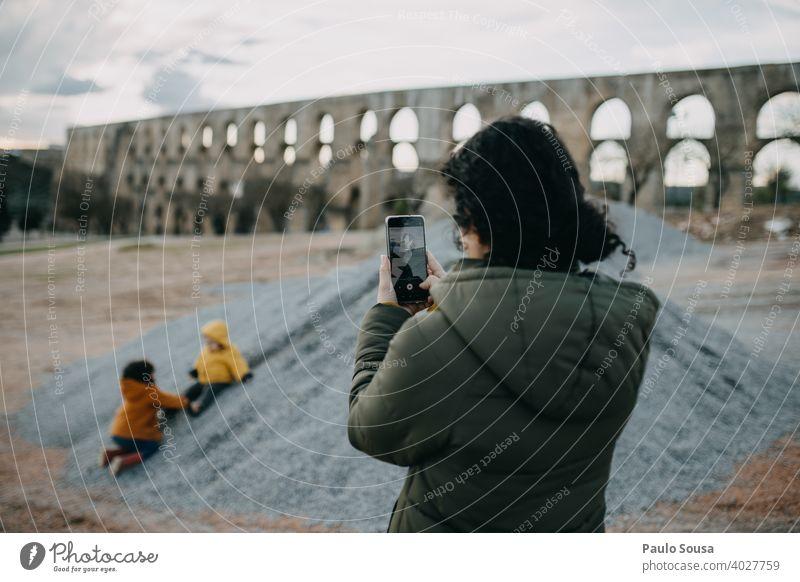 Mutter fotografiert spielende Kinder Mutterschaft authentisch Kindheit Familie & Verwandtschaft Fotografie Menschen Zusammensein Eltern Pflege Lifestyle