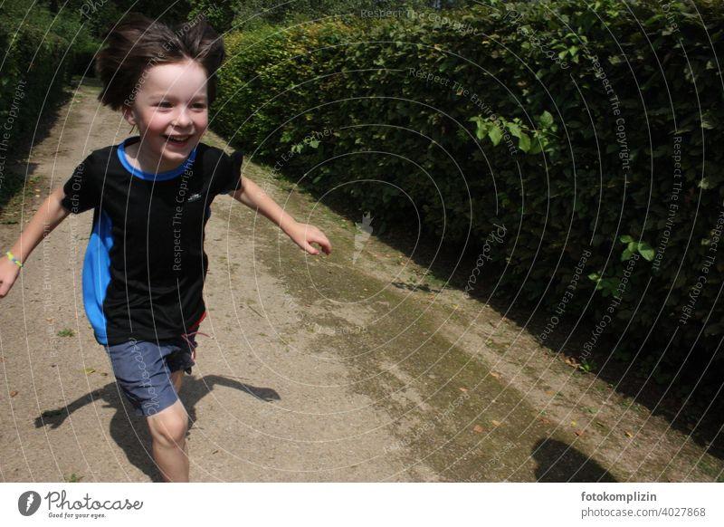fröhlicher, lachender, laufender Junge Freude Lebensfreude Kind bewegen glücklich übermütig unbeschwert spielen Spielen Kindheit Glück Fröhlichkeit Lächeln