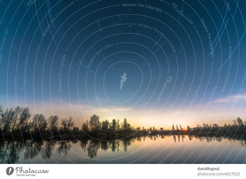 Sternspuren über dem Silbersee bei Speyer. Sternenpfad Sternenspuren Nachlauf Wanderwege Nordstern Polarstern polaris Erde rotierend Drehung ursae minoris