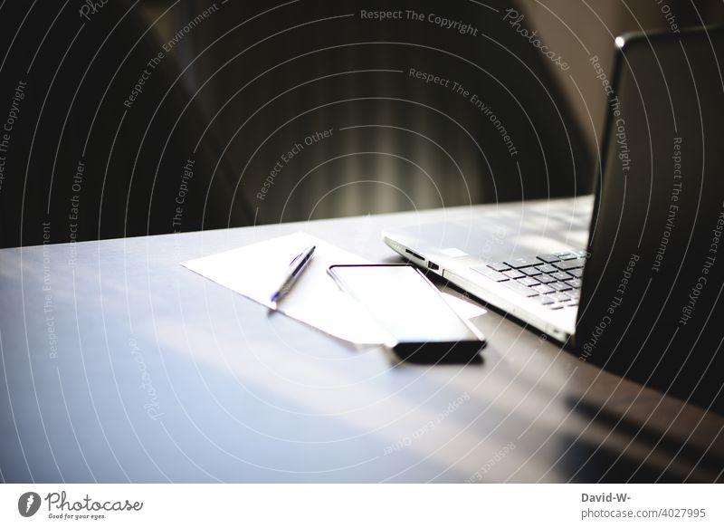 leerer verlassener Arbeitsplatz Laptop Notebook Pause pausieren Auszeit Homeoffice Handy Business Schreibtisch Technik & Technologie Computer digital Job