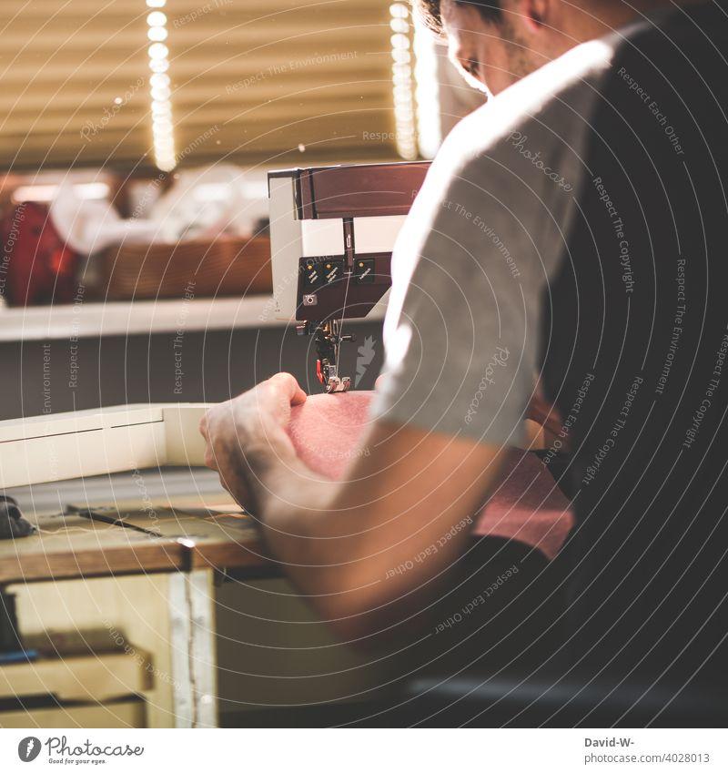 Hausmann an der Nähmaschine nähen Selbstständigkeit selbstständig Handwerk Schneider Beruf Handarbeit Nähen Arbeit & Erwerbstätigkeit Mann