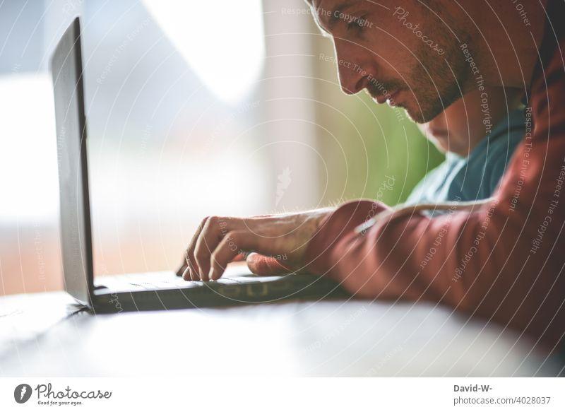 Homeoffice und Kinderbetreuung kinderbetreuung Mann Laptop Vater arbeiten zu Hause coronavirus zuhause Papa