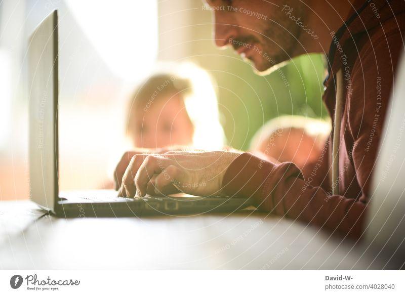 Homeoffice und Kinderbetreuung Laptop Notebook Mann Vater arbeiten zu Hause Pandemie Coronavirus Abgelenkt Kindererziehung Zeit Stress vernachlässigung