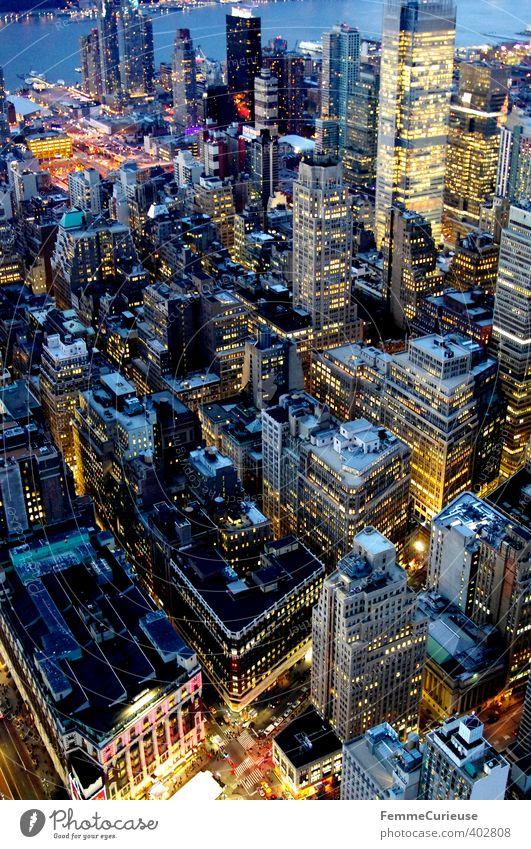 NYC (III) Stadt Hauptstadt Hafenstadt Stadtzentrum Skyline bevölkert überbevölkert Haus Traumhaus Hochhaus Bankgebäude Manhattan Beleuchtung Luftaufnahme eng