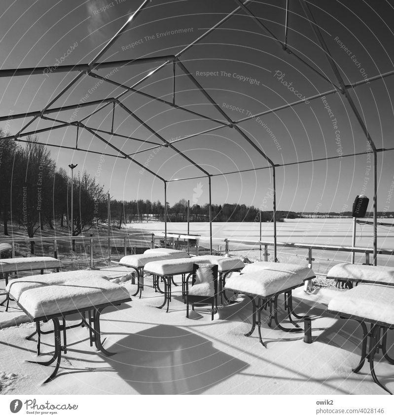 Sonnendeck eingeschneit Außenaufnahme Menschenleer erstarrt Neuschnee Winterzeit frieren weiß Tag Landschaft Gelände gefroren frostig winterfest geschlossen