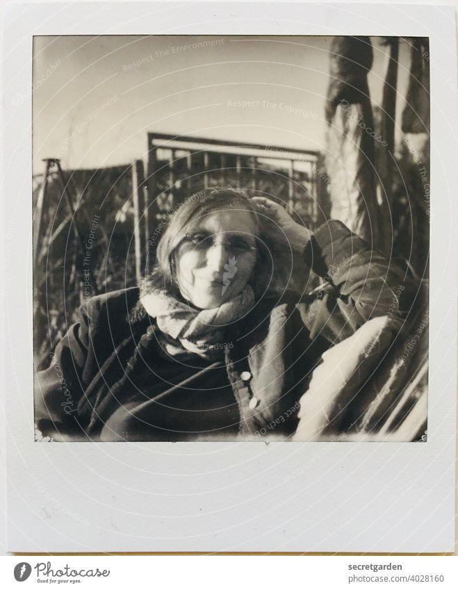 Meine Geniesser-Freundin Susanne lächeln Schwarzweißfoto entspannt entspannend sonnig genießen Brille kalt Polaroid analog Portrait Gesicht Arm sitzen Stuhl