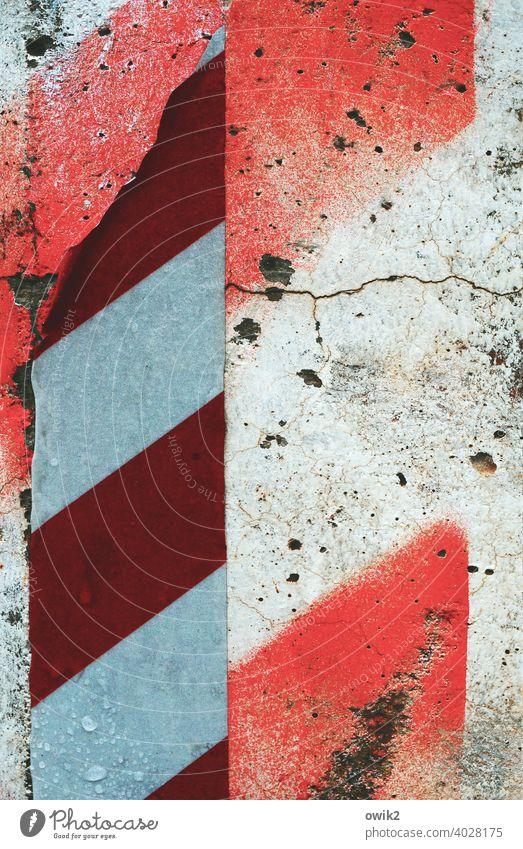 Abgetragen Verkehr Straßenverkehr Zeichen Schilder & Markierungen Verkehrszeichen Farbstoff Symbole & Metaphern weiß rot Spuren Riss alt Abnutzung Zahn der Zeit
