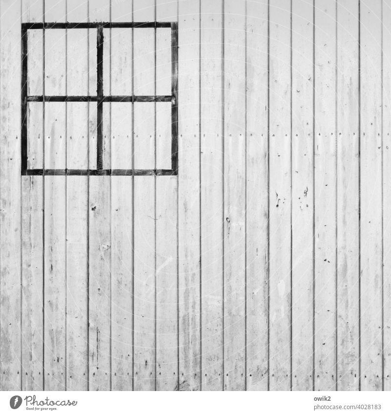 Attrappe Wand Holz Bretter einfach Farbe weiß Fensterkreuz gemalt Striche Kreuz Ecke Detailaufnahme Menschenleer abstrakt Gebäude Muster Schatten Fassade