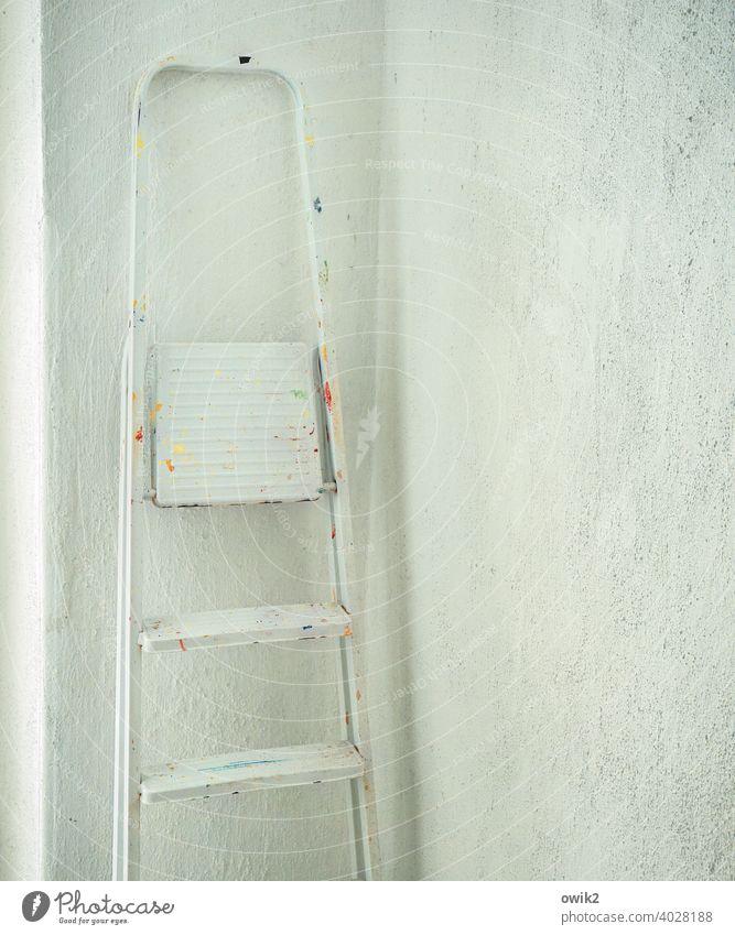 Unauffällig Inneneinrichtung Wand Tapete Raum frisch gestrichen renoviert Stehleiter unvollendet leer Wand weiß Metall fleckig Farbflecke Mauer Wohnung