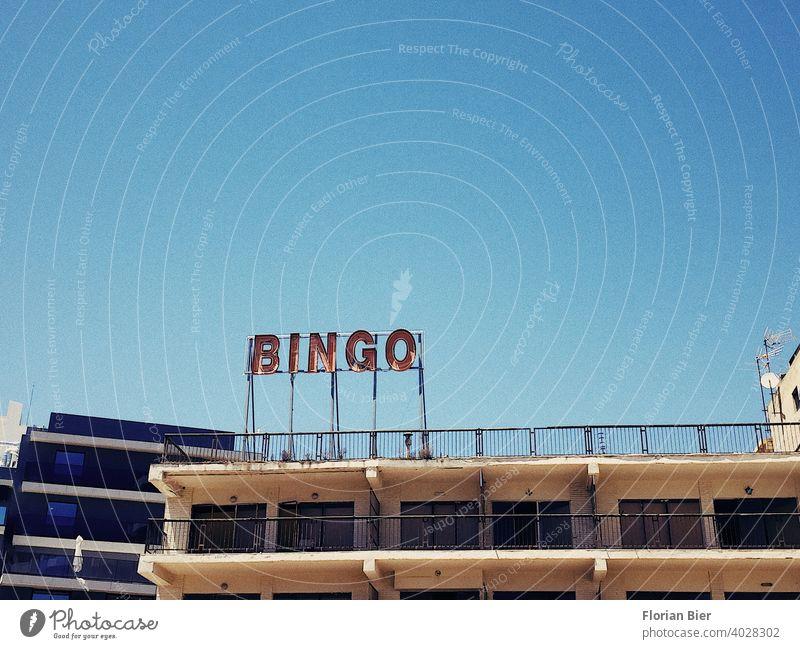 Ausgeschaltete Neon Reklame mit Buschstaben bei Tag auf einem Dach reklameschild Buchstaben Typographie Werbung Beschriftung Schilder & Markierungen