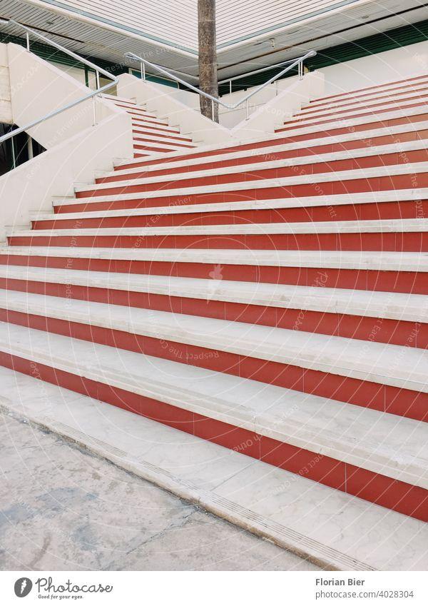 Großer Treppenaufgang im Freien mit roten Stufen in den ersten Stock Linie Linien grafisch Treppengeländer stufen Geländer Architektur aufwärts abwärts