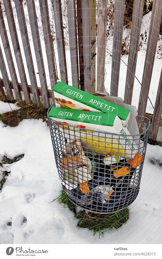GUTEN APPETIT - Der Rest vom Fest landet im Müll. Besser als im Gebüsch. Abfall Pizza Pizzakarton Flaschen Abfallkorb Umwelt Verschmutzung Recycling