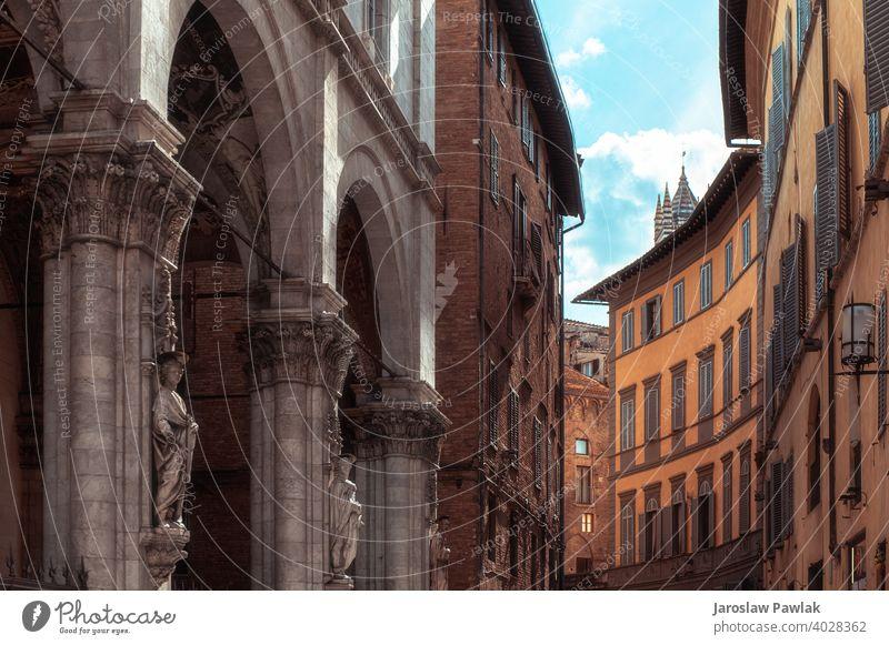 Siena, Italien - August 2020 Nachmittagsansicht der historischen Stadt Siena Straßen und Ecken Bella schick Stimmung Historie mittelalterlich Großstadt Toskana
