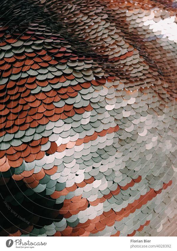 Schuppenartig glänzende Pailletten-Struktur eines Kissenbezugs im Detail Strukturen & Formen schimmern Muster Koi Detailaufnahme detail detailliert rot silber