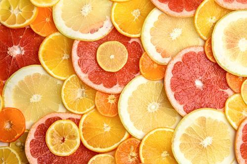 Zitrusfrüchte in runde Stücke geschnitten: Orange, Grapefruit, Zitrone, Mandarine saftig Frucht natürlich frisch Gesundheit orange Hintergrund Lebensmittel gelb