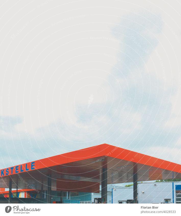 Tankstellendach in Signalfarbe bei bewölktem Himmel Dachkonstruktion Verkehr ästhetisch Ästhetik Architektur Farbe abstrakte Fotografie entspannend Erholung