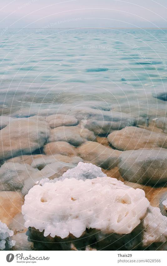 Blick auf die Küstenlinie des Toten Meeres. Salzkristalle bei Sonnenuntergang. Textur des Toten Meeres. Salzige Meeresküste Landschaft reisen Strand Israel