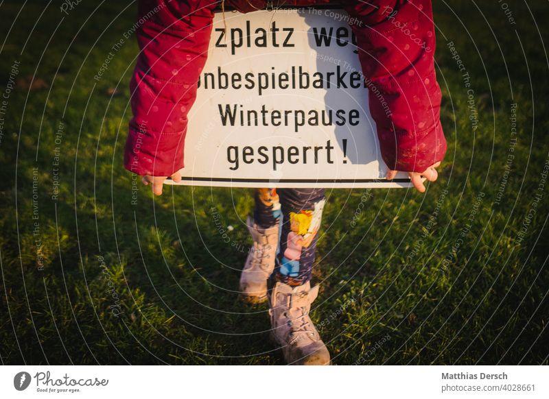 Winterpause auf dem Bolzplatz Sport Sport-Training Sportstätten Sportplatz gesperrt gesperrte Platz Schild Verbotsschild Kind Kinderspiel Rasen Rasenplatz