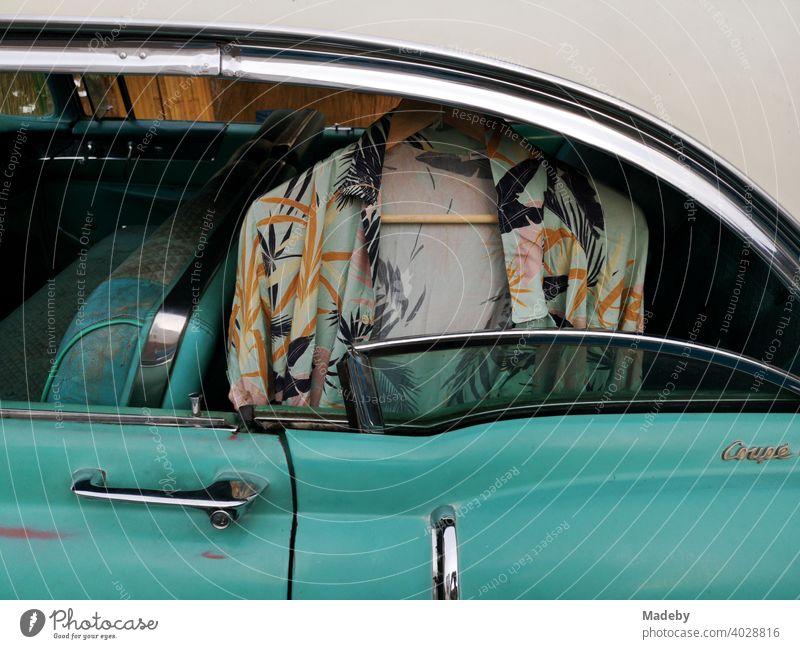 Wild gemustertes Hawaiihemd auf einem Kleiderbügel im Fond eines amerikanischen Straßenkreuzer der Fünfzigerjahre in Türkis bei den Golden Oldies in Wettenberg Krofdorf-Gleiberg bei Gießen in Hessen