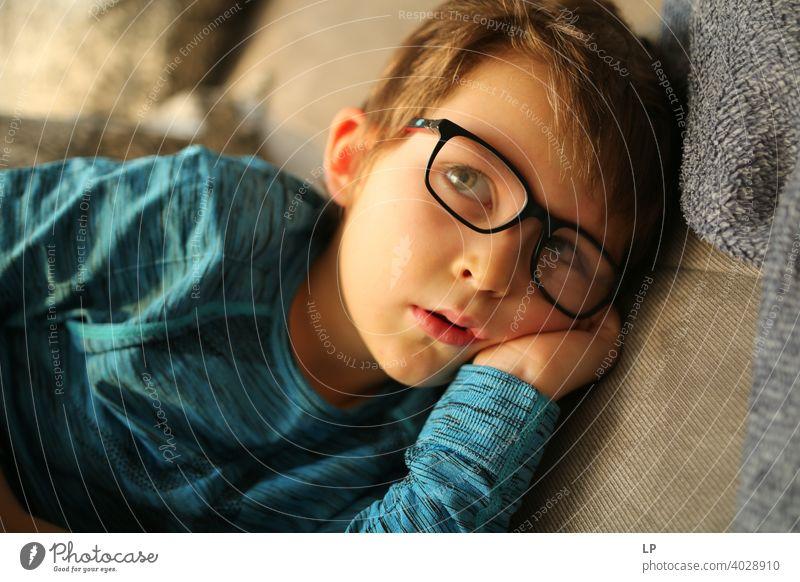 schönes Kind mit Brille schauen sehr ernst weg von der Kamera verwirrt ratlos skeptisch Skepsis Zweifel hestitate Unsicherheit Verwirrung Kindheit Realität