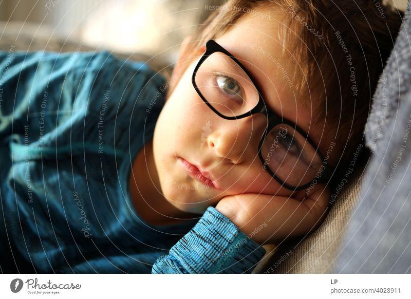 schönes Kind mit Brille schaut sehr ernst in die Kamera verwirrt ratlos skeptisch Skepsis Zweifel hestitate Unsicherheit Verwirrung Kindheit Realität Experiment