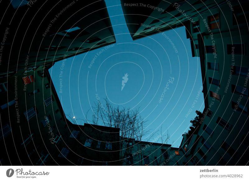 Kleiner Mond im Hinterhof altbau außen brandmauer fassade fenster haus himmel himmelblau hinterhaus hinterhof innenhof innenstadt mehrfamilienhaus menschenleer