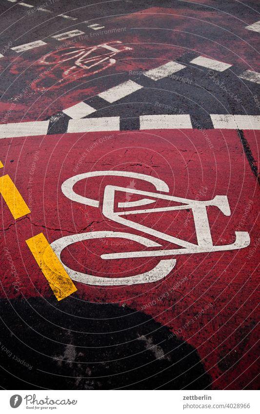 Kreuzung mit Fahrradweg abbiegen asphalt ecke fahrbahnmarkierung fahrrad fahrradweg hinweis kante kurve linie links navi navigation orientierung pfeil radfahrer