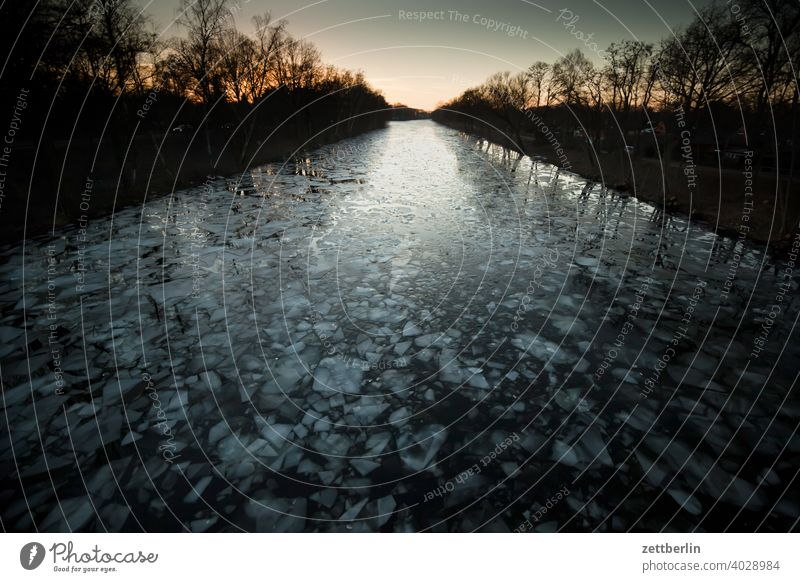 Eisschollen auf dem Hohenzollernkanal am Abend ausflug daämmerung eis eisscholle erholung ferien fluß gefroren kalt kälte landschaft natur schifffahrt see