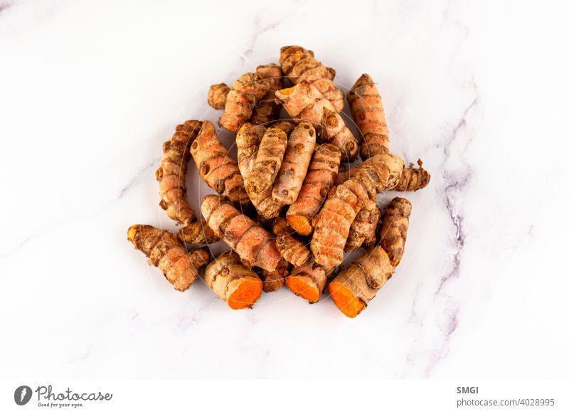 Satz von verschiedenen Kurkuma-Wurzeln auf einem Marmortisch. Konzept der Naturmedizin und Homöopathie Gewürz Bestandteil frisch organisch Medizin vereinzelt