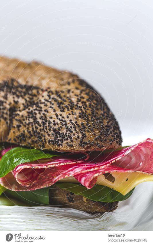 Hausgemachtes Wurstsandwich mit Salat und Käse auf Saatenbrot Brot Belegtes Brot Wurstwaren selbstgemacht Salami Schweinefleisch wegnehmen Brot mit Samen