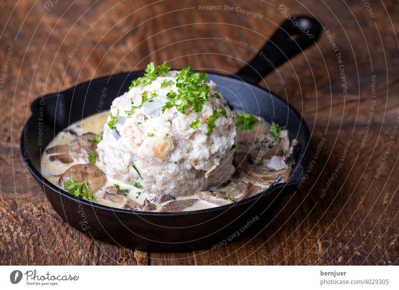Semmelknödel mit Pilzsauce Knödel Pilze Vegetarisch gesund Pfanne Küche hausgemacht Kochen Gericht Herbst champignons Gabel fleischlos Pilzsoße KnödelGericht