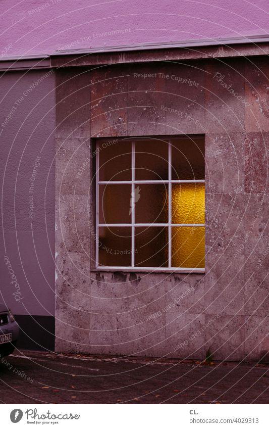 gelbes licht Fenster Wand lila geheimnisvoll Haus Licht Auto Menschenleer