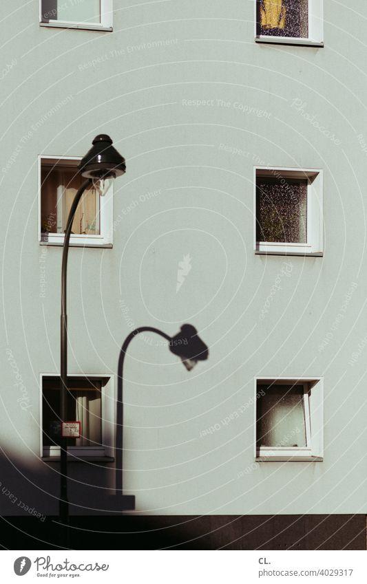 straßenbeleuchtung Straßenlaterne Straßenbeleuchtung Fenster Haus Schatten Wand Fassade Architektur Stadt Laterne Wohnhaus Menschenleer Außenaufnahme