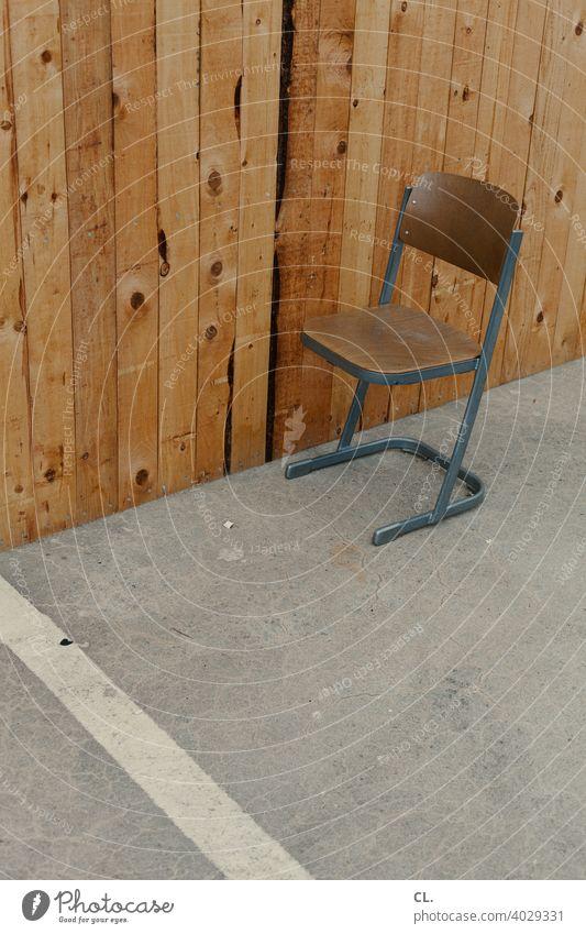stuhl Stuhl leer Holz Sitzgelegenheit Einsamkeit allein trist Holzwand Platz Pause warten 1