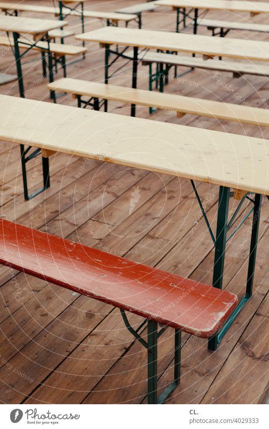 bänke und tische Bank Tisch Bänke Tische leer Lockdown Gastronomie Biergarten Bierbank geschlossen Menschenleer Sitzgelegenheit Außenaufnahme Holz Holzbank