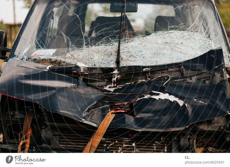 schrott Auto Unfall unfallversicherung Schrott kaputt Totalschaden Windschutzscheibe Unfallauto Motorhaube PKW schrottreif Schrottplatz