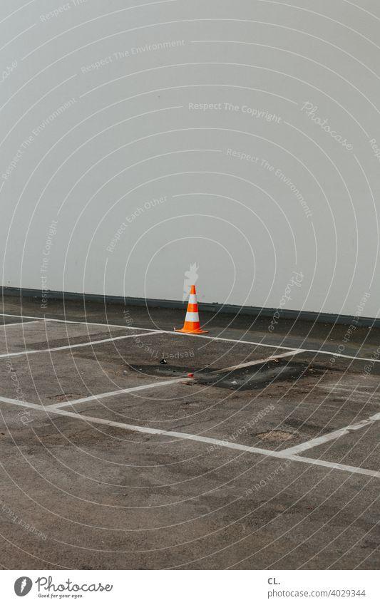 pylon Pylon Leitkegel 1 Verkehr Verkehrsleitkegel Parkplatz leer verlassen Wand Linien Ordnung kegelförmig Menschenleer Außenaufnahme Verkehrszeichen