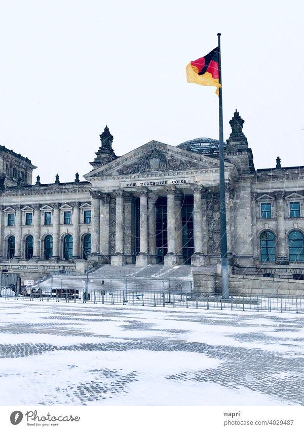 er VOLK los | Reichstagsgebäude Berlin im Winter mit Schnee, ohne Menschen Deutschland Deutschlandfahne bundestag Menschenleer Regierung abgeriegelt gesichert