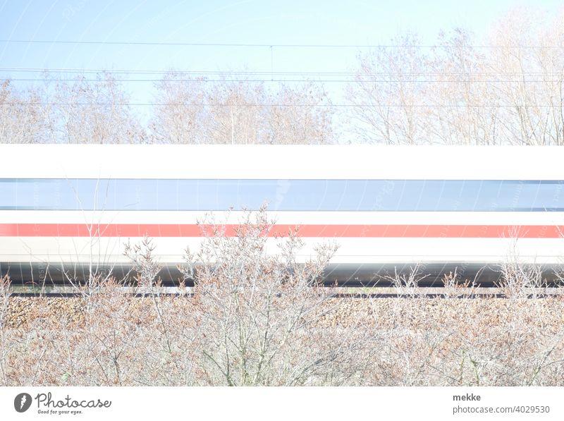 ICE Zug ist ein Strich in der Landschaft Eisenbahn Verkehr zug fahren Gleise Geschwindigkeit Bahn Schienenverkehr Bahnfahren Verkehrsmittel Außenaufnahme