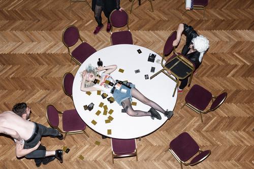 Die Kinder sind ganz wild. Machen Chaos während eines Kartenspiels. Kämpfen, trinken, lachen, tragen Perücken, ziehen sich aus, werfen mit Stühlen, liegen auf dem Tisch. Was immer Sie wollen.