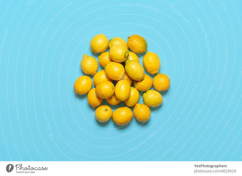 Stapel von Zitronen isoliert auf blauem Hintergrund. Frische Zitronen von oben gesehen. obere Ansicht Blauer Hintergrund Haufen Zitrusfrüchte Textfreiraum