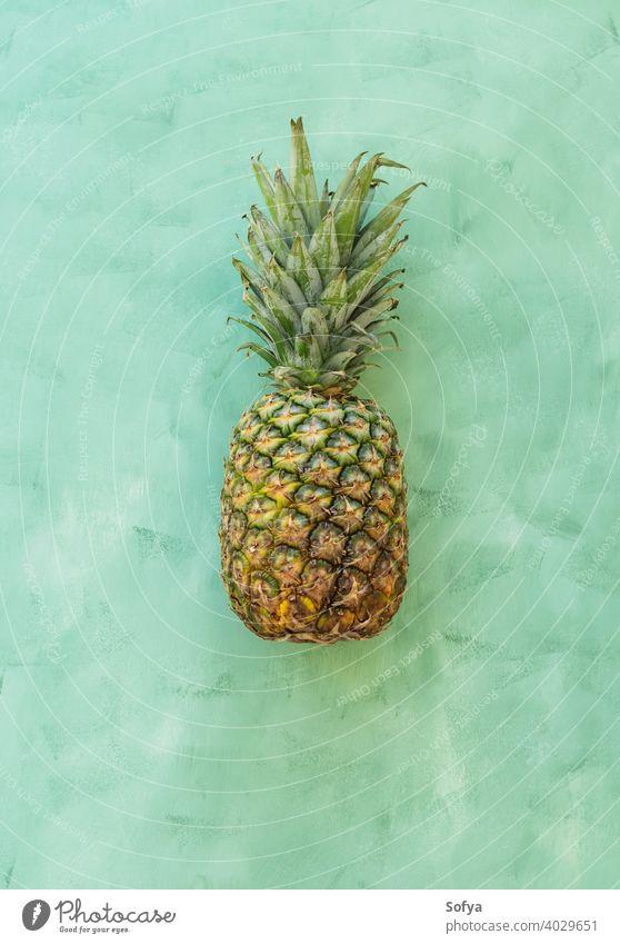 Ganze Ananasfrucht auf grünem Hintergrund, Ansicht von oben reif frisch Frucht Sommer organisch Textur schließen gelb Menschengruppe Vorbau süß lecker