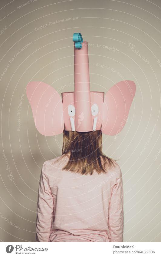 Ein Mädchen von hinten mit langen Haaren im Elefantenkostüm Farbfoto hell Außenaufnahme Februar Freude Fasching hellau Karneval Fastnacht Kostüm kostümiert