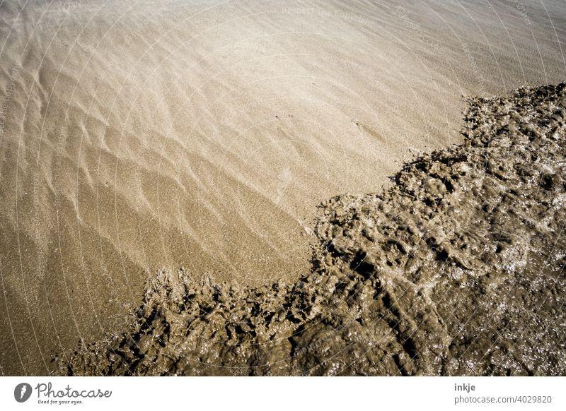 bewegter Sandstrand Farbfoto Strand braun beige sandfarben Wasser Küste Salzwasser Strujtur Brandung Ufer Sommer Menschenleer Urlaub Erholung Wellen