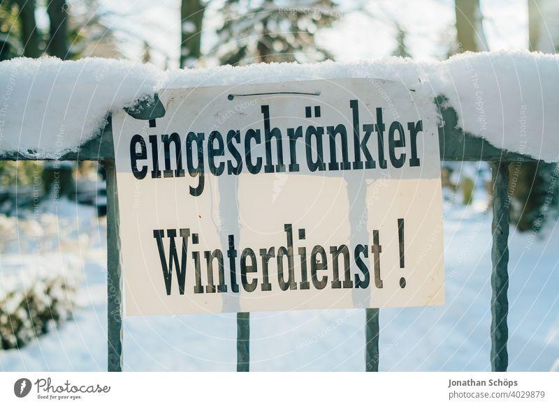 Schild eingeschränkter Winterdienst bei Schnee im Winter Achtung Fußweg Glatteis Rutschgefahr Tor Warnung Zaun schnee schippen kalt Eis Frost Außenaufnahme