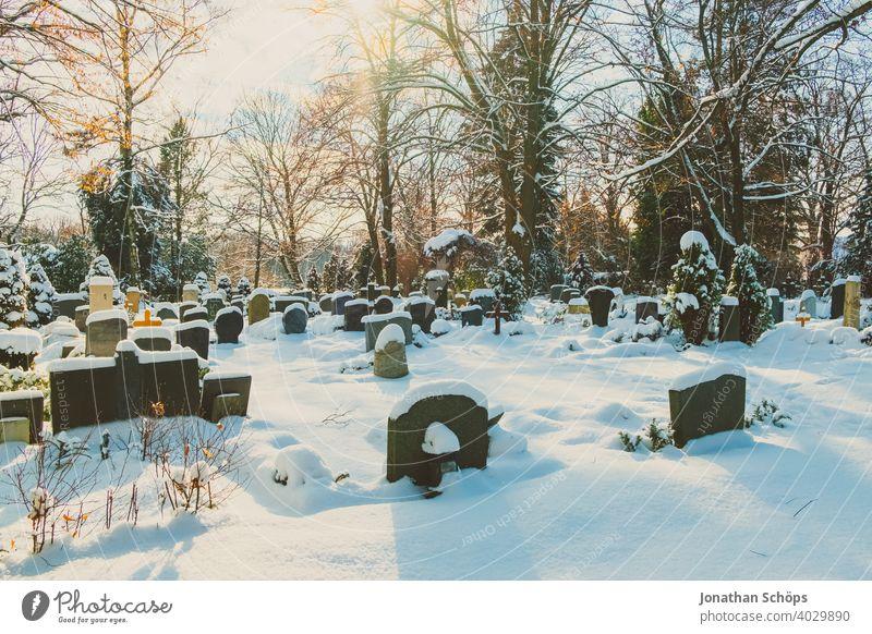 Grab auf Friedhof im Winter bei Schnee Tod und Ewigkeit Abschied Beerdigung Coronatote Coronawinter Gebet Gedenken Glaube Gott Gottesacker Hoffnung Kirche Kälte