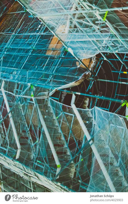 Baugerüst an Kirche zur Sanierung der Fassade Architektur Baustelle Gebäude Gerüstbau Glaub Gott Religion Renovierung eingerüstet neu Menschenleer Sanieren