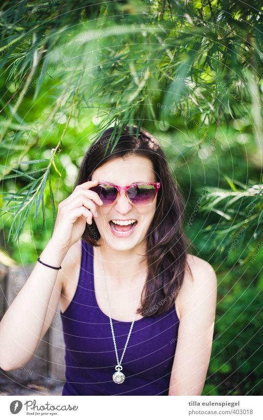 Lachnummer Freude feminin Junge Frau Jugendliche Erwachsene 1 Mensch 18-30 Jahre Baum T-Shirt Sonnenbrille Halskette Schmuck brünett langhaarig lachen